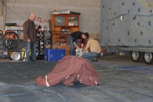 La structure gonflable a été posée, Didier et Stéphane monte le ventilateur